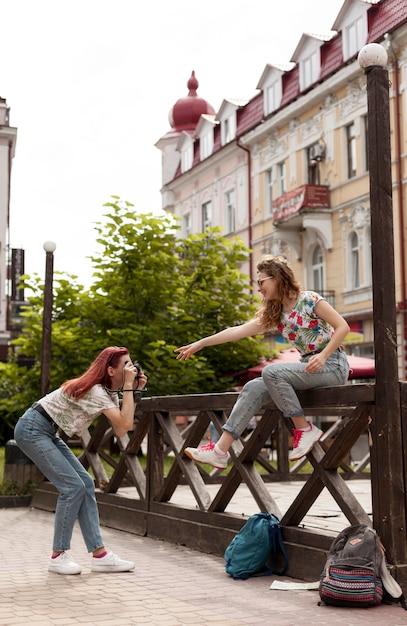 Plein Coup De Femmes Faisant Des Photoshoot Photo gratuit