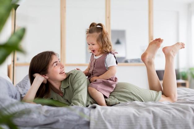 Plein Coup De Mère Et Fille Au Lit Photo gratuit