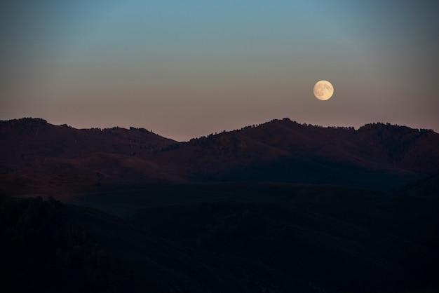Pleine lune au coucher du soleil Photo Premium