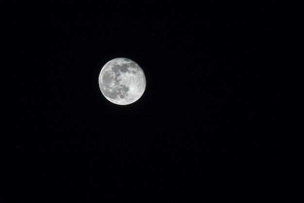 Pleine Lune Sur Un Ciel Noir Foncé La Nuit Photo Premium