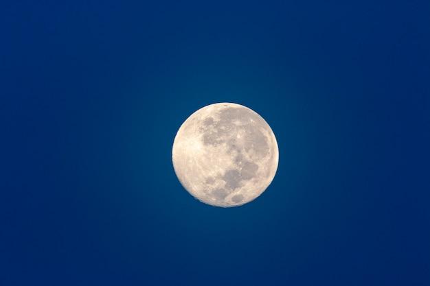 Pleine lune dans le ciel bleu foncé Photo Premium