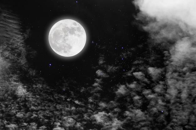Pleine lune avec étoiles et nuages Photo Premium