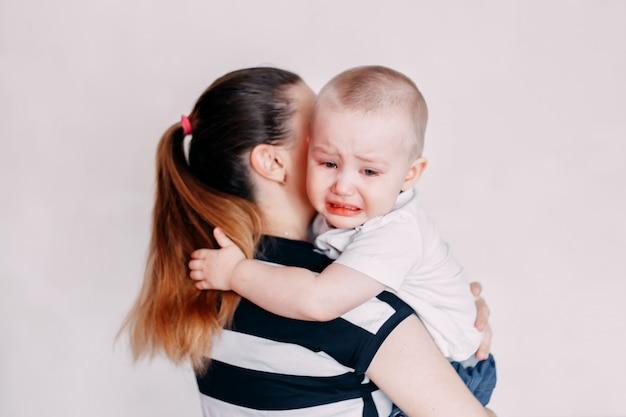 Pleure Fille En Bas âge étant Consolé Par Sa Mère Photo Premium