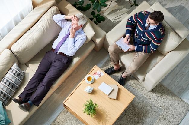 Pleurer Senior Man In Therapy Session Photo Premium