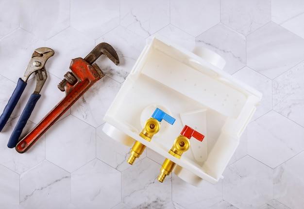 Plomberie Buanderie Fournitures Vidange Centrale Machine à Laver Boîtes De Sortie Et Clé De Singe Réglable Photo Premium