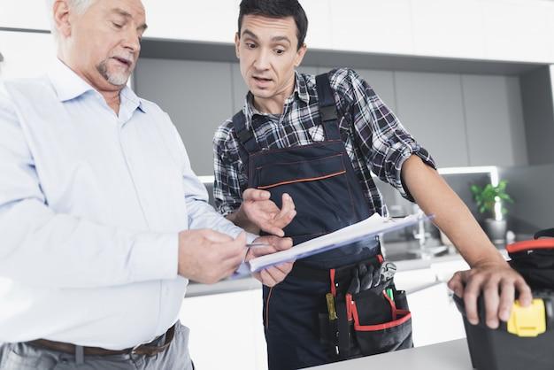 Le plombier communique avec le client. Photo Premium