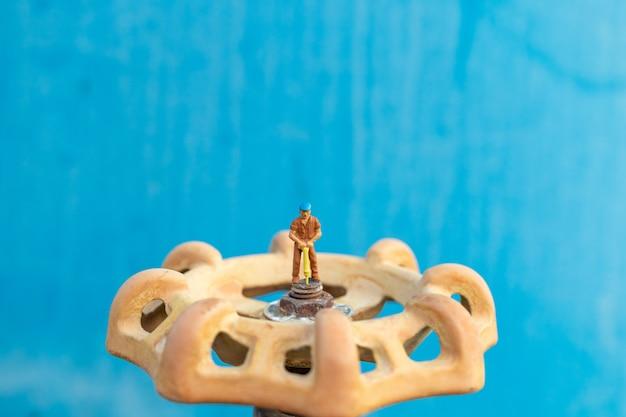 Les plombiers en activité installent les conduites d'eau et vérifient les dommages aux machines à pompe à eau Photo Premium