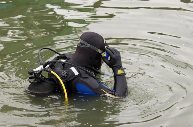 Plongeur entrant dans l'eau Photo Premium