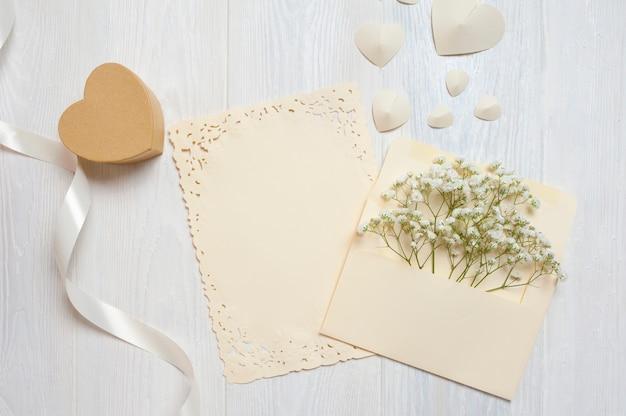 Plume calligraphique une enveloppe avec des fleurs et une lettre, carte de voeux de boîte cadeau pour la saint valentin Photo Premium