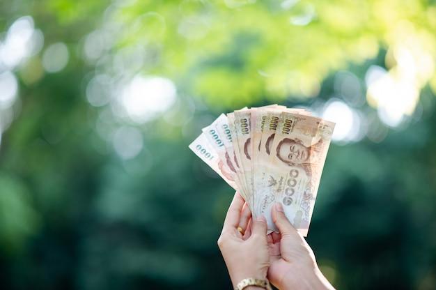 Plusieurs billets de banque des cadres financiers Photo Premium