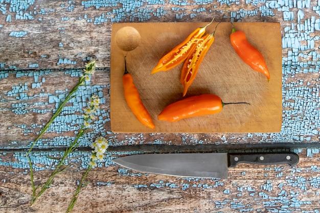 Plusieurs jeunes sont coupés au couteau sur un plateau de cuisine Photo Premium