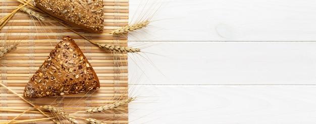 Plusieurs petits pains de forme triangulaire multi-grains parsemés de graines de tournesol entières Photo Premium