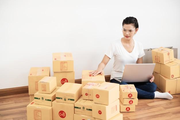 Pme nouvelle génération, jeune entrepreneur utilisant un ordinateur portable pour ses activités en ligne Photo Premium