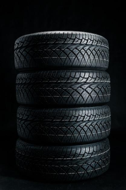 Des pneus neufs. pneus de voiture se bouchent Photo Premium