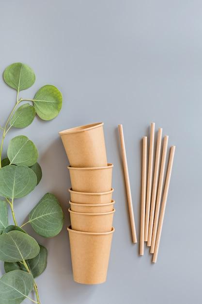 Pochettes Et Tasses En Papier Naturel Eco Plat Poser Sur Fond Gris Photo Premium