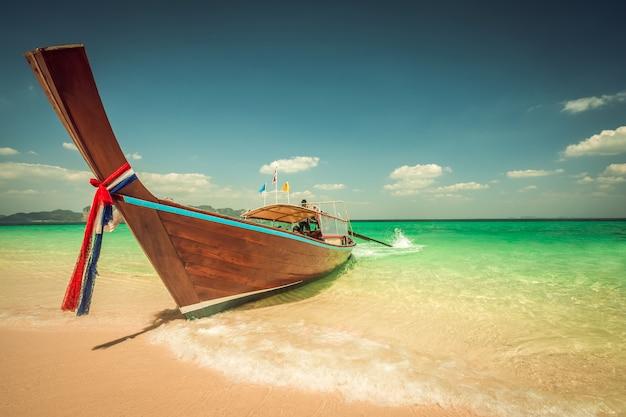 Poda island beach et bateaux à longue queue à krabi en thaïlande Photo Premium