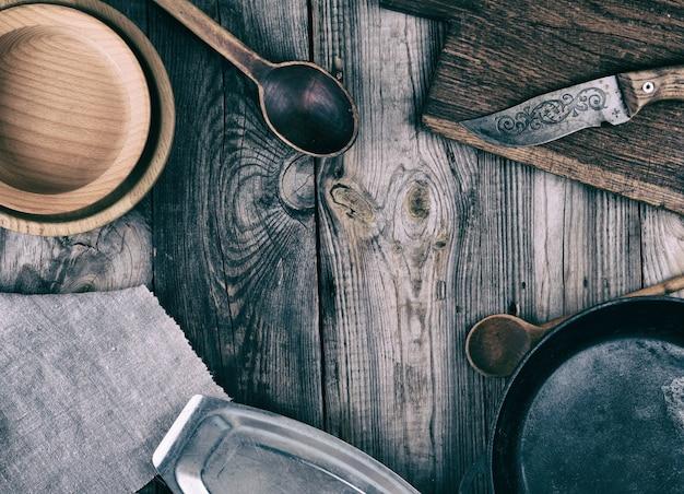 Poêle à frire ronde, assiette et planche à découper vides Photo Premium