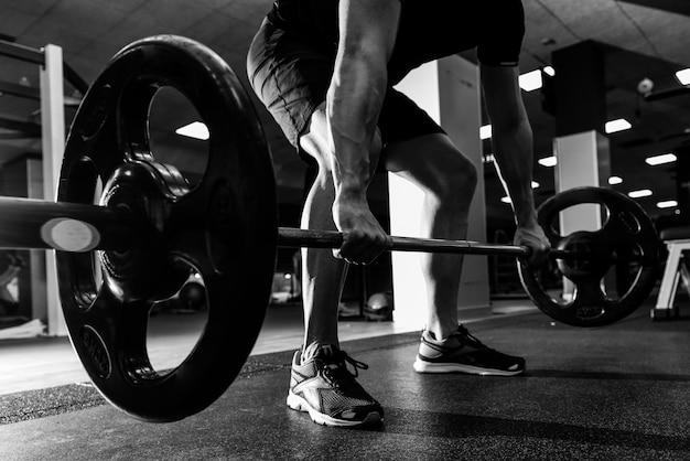 Poids Exercent Une Forte Haltérophile Athlétique Photo gratuit