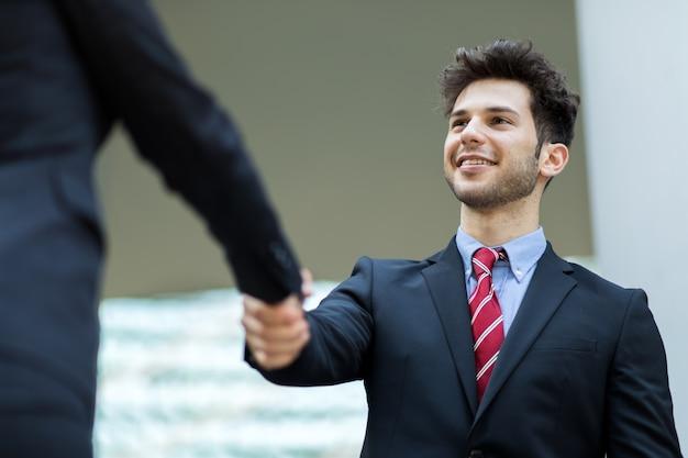 Poignée de main entre hommes d'affaires en plein air Photo Premium