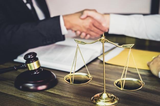 Poignée de main d'homme d'affaires avec un avocat après avoir discuté d'un bon contrat Photo Premium