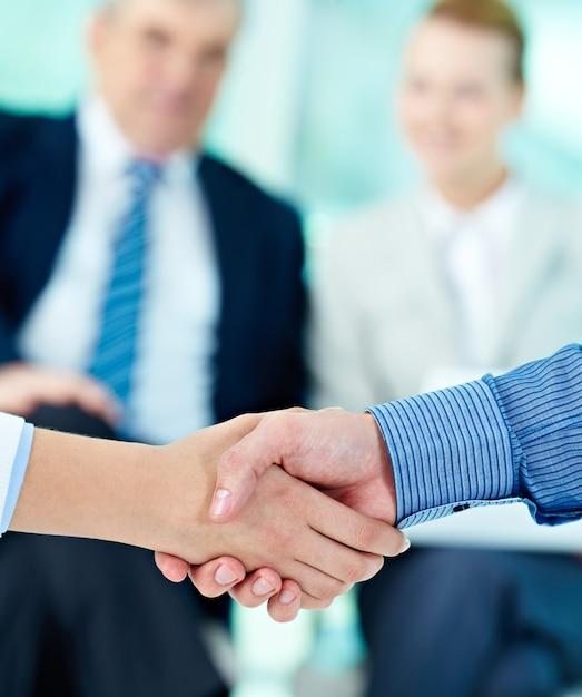 Poignée de main avec les hommes d'affaires fond flou Photo gratuit