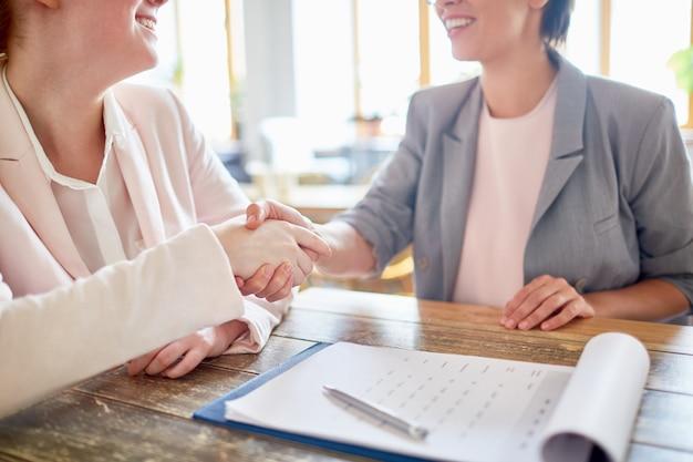 Poignée de main des partenaires commerciaux Photo gratuit