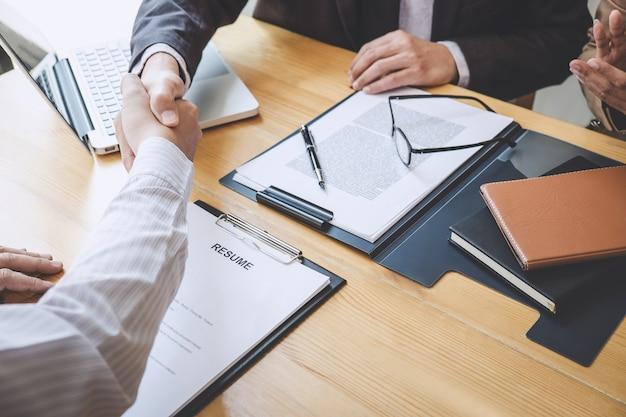 Poignée de main pendant un entretien d'embauche, le candidat serre la main de l'intervieweur après un entretien d'embauche Photo Premium