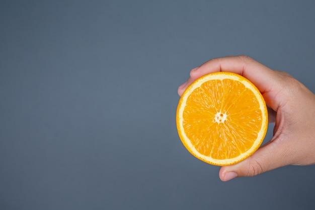 Poignée orange sur fond gris. Photo gratuit