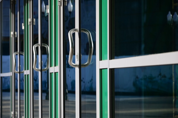 Poignée De Porte Chromée Et Verre De Façade De Bureau En Aluminium Moderne Photo Premium