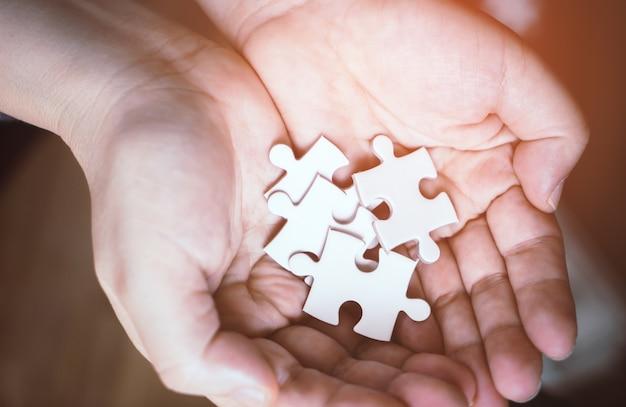 Poignée de puzzles pour le concept d'options commerciales Photo Premium