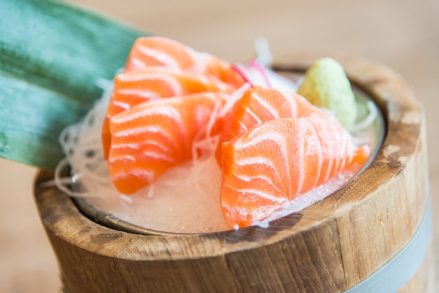 Point de mise au point sélective sashimi de saumon frais cru Photo gratuit