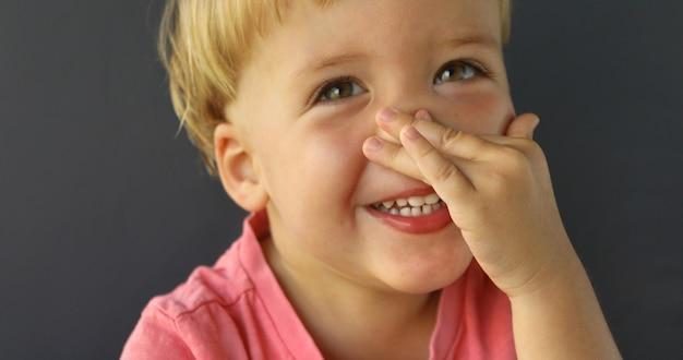 Point de petit garçon mignon à son nez Photo Premium