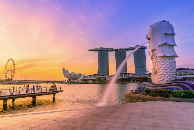 Point De Repère De Singapour Merlion Au Lever Du Soleil Photo Premium