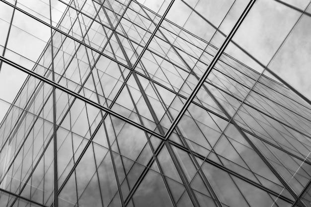 Point de vue d'une vitre moderne à des gratte-ciel - monochrome Photo Premium