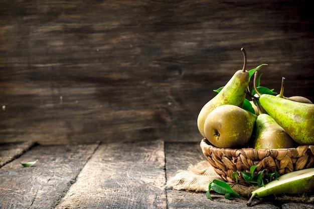Poires Fraîches Dans Un Panier Sur Table En Bois. Photo Premium