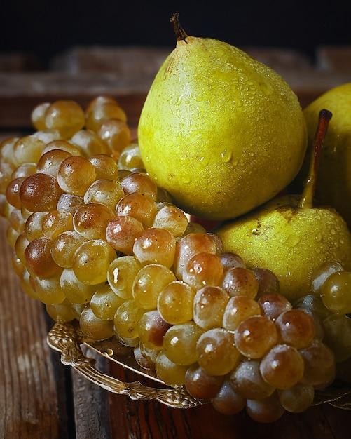 Poires fraîches et raisins verts. concept nature automne. Photo gratuit