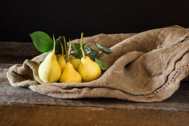 Poires, végétalien, aliments diététiques. récolte d'automne. sac de fruits juteux. végétarien. vitamine. diétologie. Photo Premium