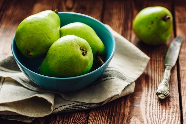 Poires Vertes Dans Un Bol. Photo Premium