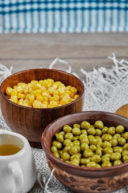 Pois Verts Et Haricots De Maïs Dans Des Tasses En Bois. Photo gratuit