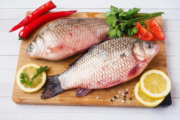 Poisson carpe cru aux épices et légumes pour la cuisson. la vue du haut. espace de copie. Photo Premium