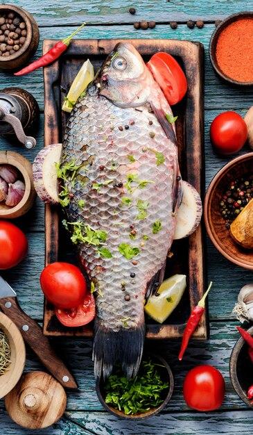 Poisson cru frais et épice Photo Premium