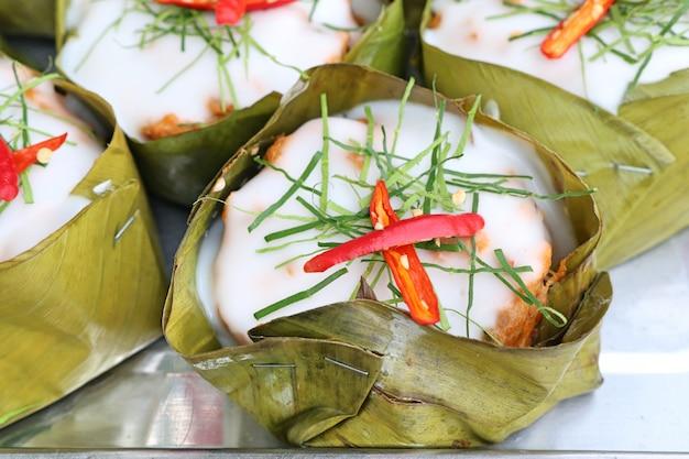 Poisson cuit à la vapeur avec de la pâte de curry Photo Premium