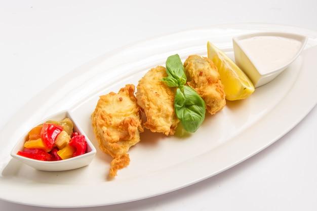 Poisson Frit En Pâte Avec Sauce, Citron Et Légumes Photo gratuit