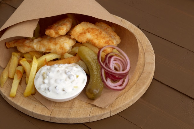 Le poisson et les frites. un plat anglais traditionnel. Photo Premium