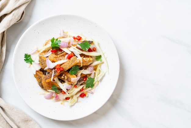 Poisson gourami croustillant avec salade épicée Photo Premium