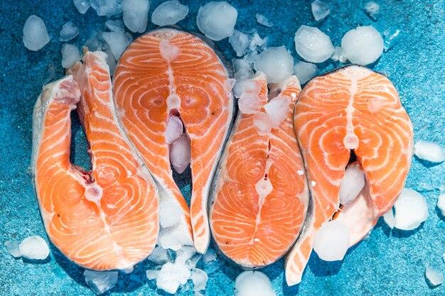 Poisson rouge saumon cru. cuisine, fruits de mer. concept de nourriture saine. vue de dessus Photo Premium
