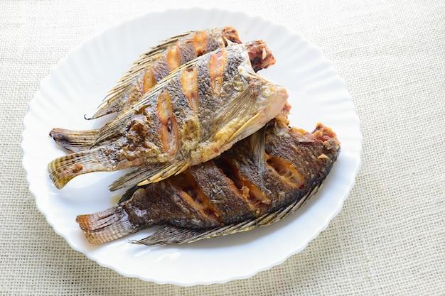 Poisson tilapia frit avec sauce au poisson et poivre Photo Premium