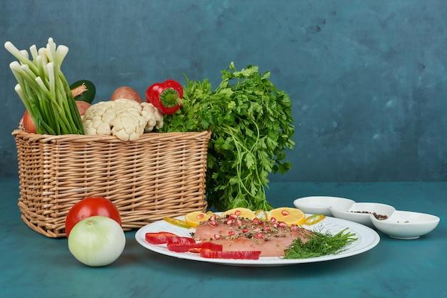 Poitrine De Poulet Aux épices Dans Une Assiette Blanche Avec Des Légumes Autour. Photo gratuit