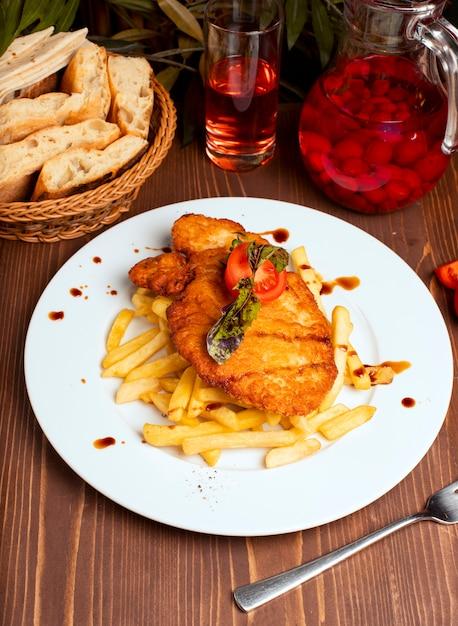 Poitrine de poulet grillée avec des frites dans une assiette blanche. fast food Photo gratuit