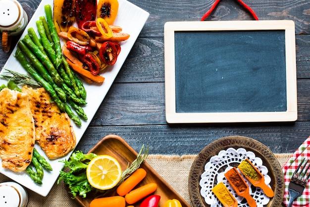 Poitrine de poulet grillée avec des légumes frais Photo Premium